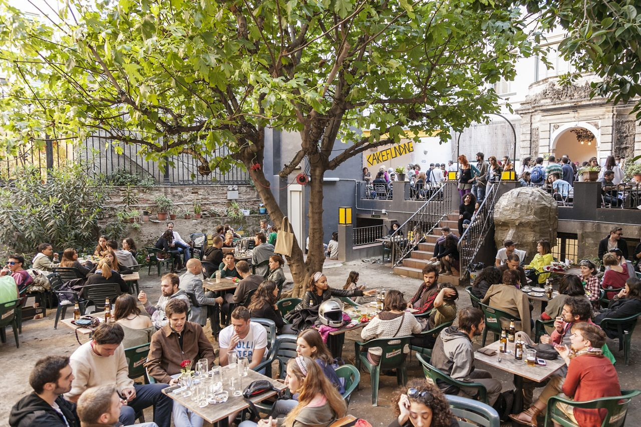 Antic teatre bar avec une cour arbor e barcelone for Bar jardin barcelona